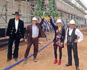 Knut Schulze von WindMW und Peggy Kleidon von RWE freuen sich über die Fertigstellung von Rohbau und die Montage der Holz-Dachbinder-Konstruktion