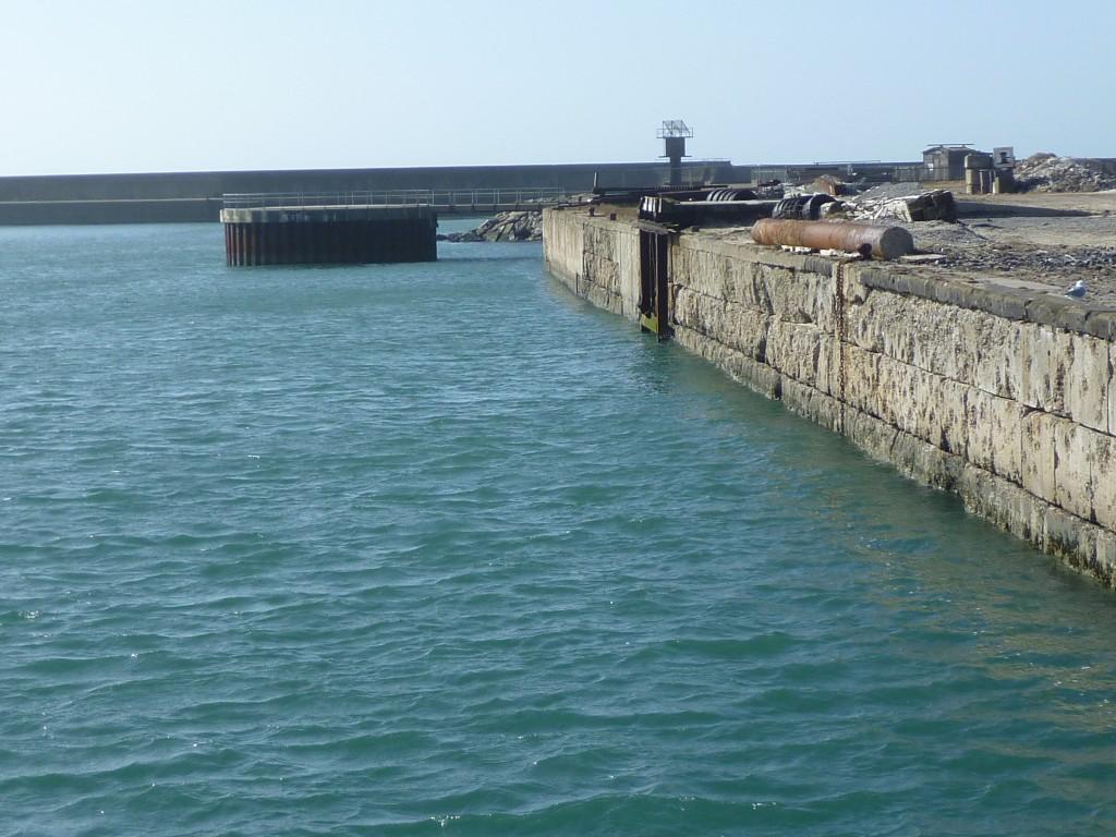 Sanierungbedürftige Südkaje mit Blick auf ein zurückzubauendes Windkraftfundament