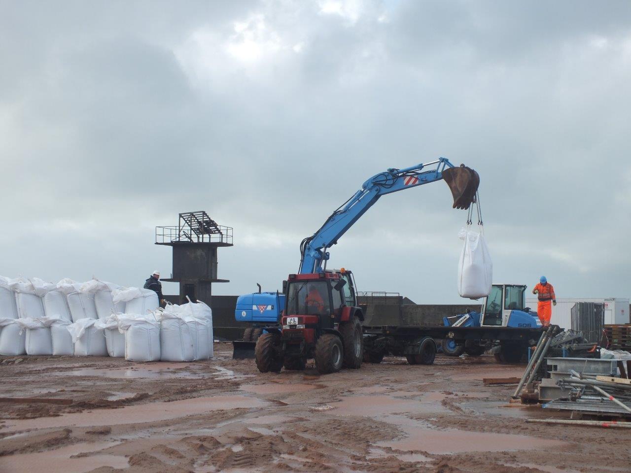 Bigpacks werden zu einem Splitterschutzwall gestapelt