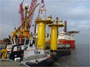 Entladen der Transition Pieces von der Transportbarge in Cuxhaven (Cuxport) am 13.12.2013. Im Hintergrund die MPI Discovery.